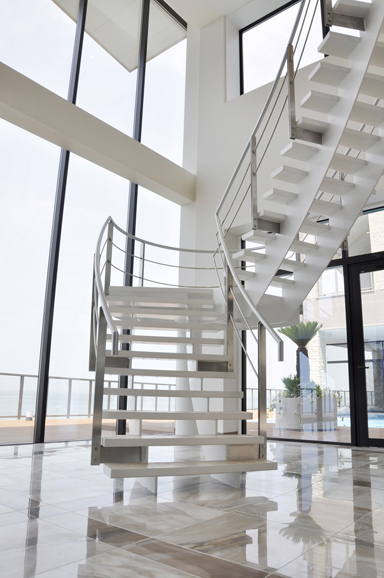 ホール階段2501.jpg